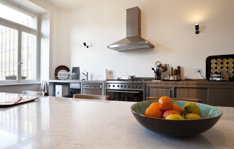 opinión de la cocina con las aplicaciones en estilo imagen de archivo
