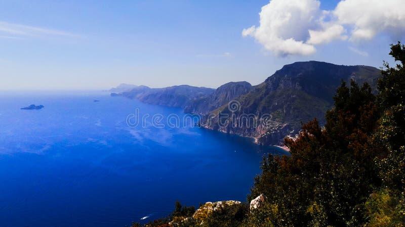 Opinión de la costa de Amalfitan imagen de archivo