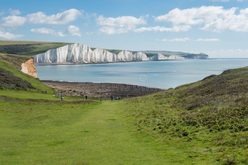 Opinión de la costa con los acantilados blancos que sorprenden imagenes de archivo