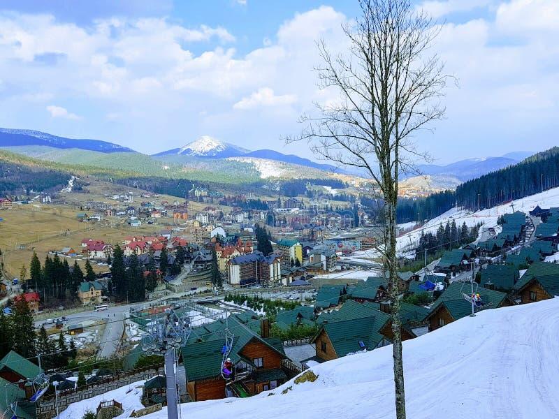 Opinión de la elevación en la estación de esquí Bukovel, Cárpatos, Ucrania foto de archivo