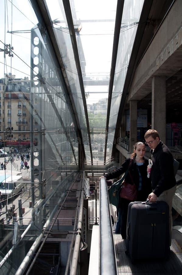 Opinión de la escalera móvil por dentro de Gare de l'Est, París imagen de archivo