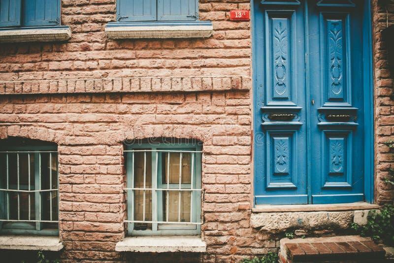 Opinión de la fachada de la casa roja vieja de la pared de ladrillo del estilo del vintage fotos de archivo