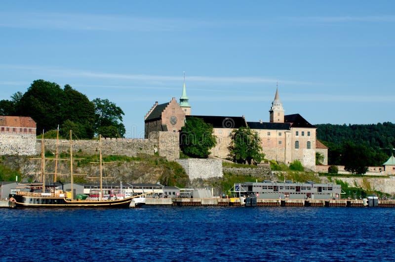 Opinión de la fortaleza de Akershus del fiordo de Oslo fotografía de archivo libre de regalías