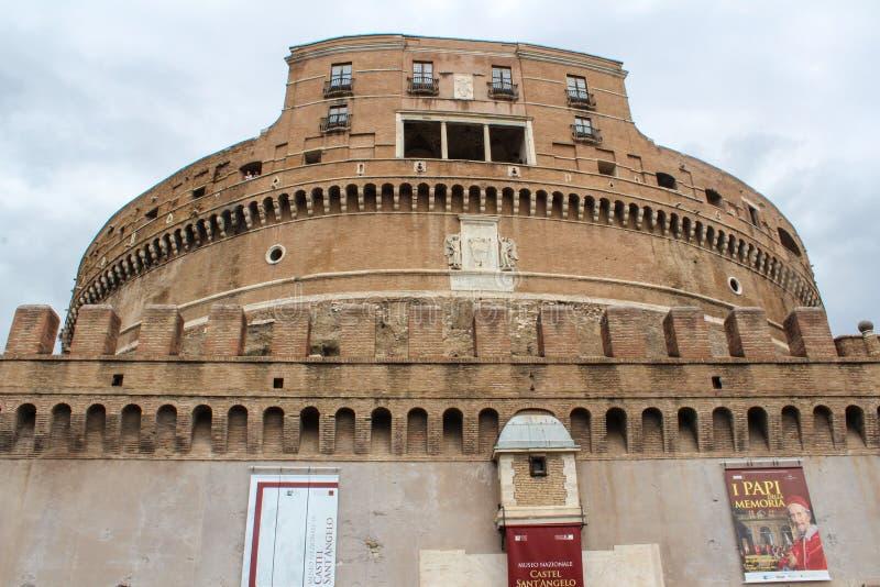 Opinión de la fortaleza y del puente de Castel Santangelo en Roma, Italia imagenes de archivo
