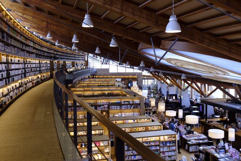 Opinión de la fuente de la BIBLIOTECA DE LA CIUDAD de TAKEO imágenes de archivo libres de regalías