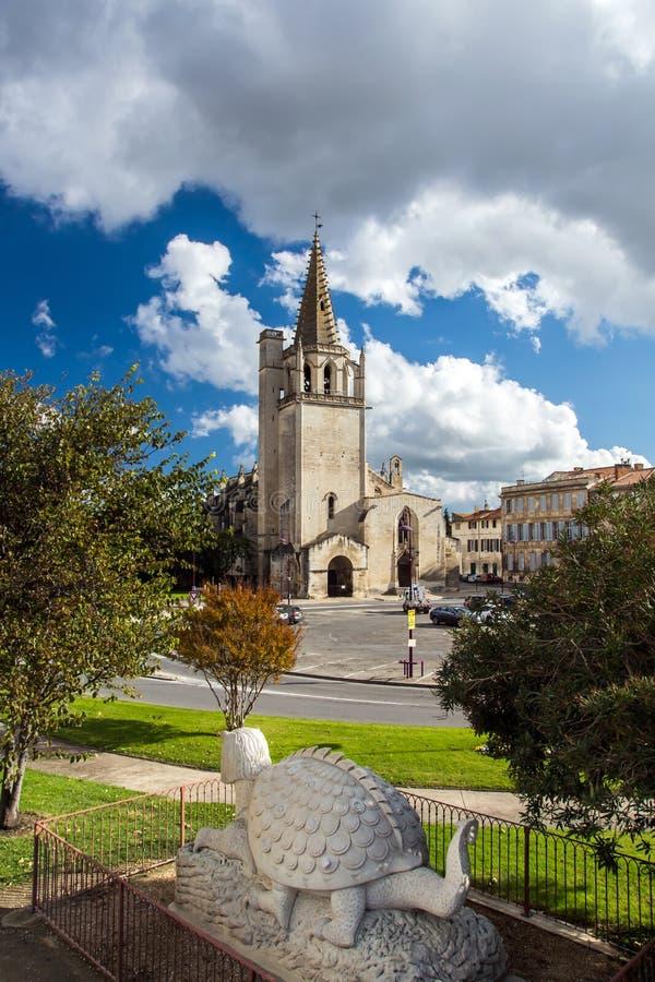 Opinión de la iglesia de Tarascon con la escultura del tarasque imagen de archivo libre de regalías