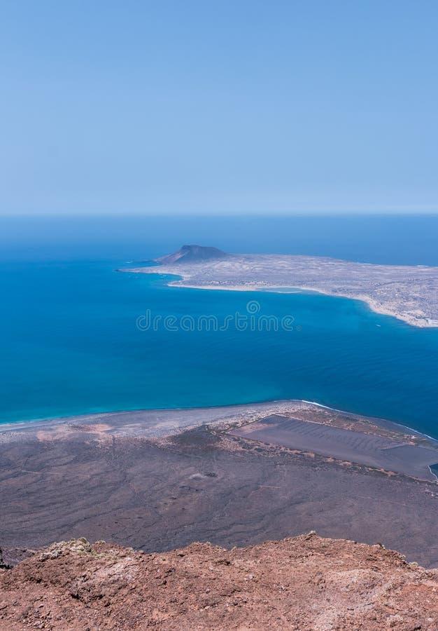 Opinión de la isla de Graciosa del La de Lanzarote fotografía de archivo libre de regalías