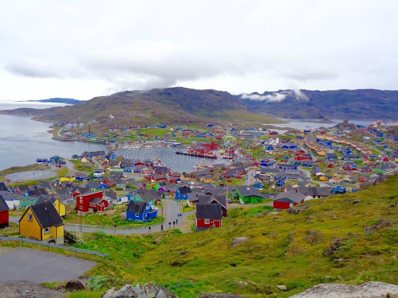 Opinión de la ladera de Qaqortoq, Groenlandia fotografía de archivo