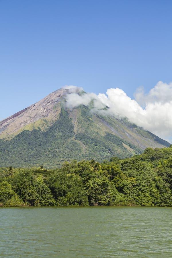 Opinión de la laguna verde, isla del volcán de Concepción de Ometepe fotografía de archivo