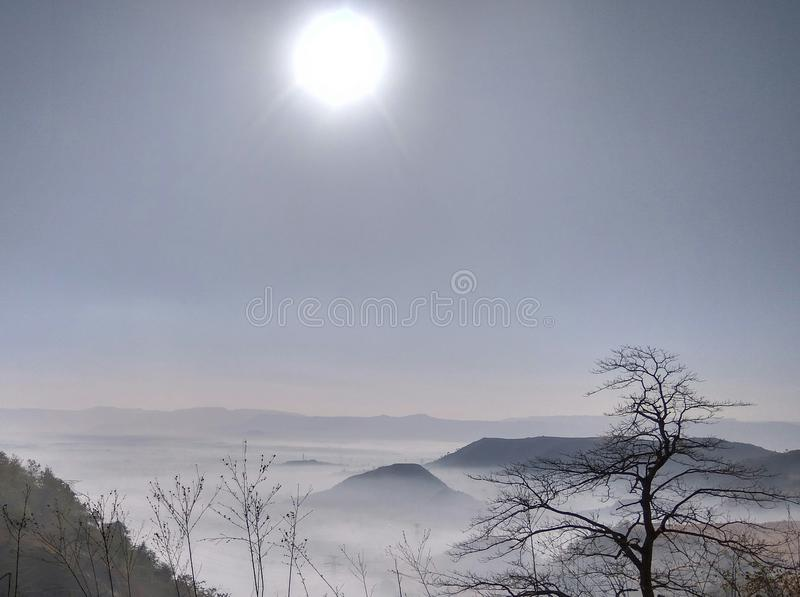 Opinión de la mañana de montañas foto de archivo