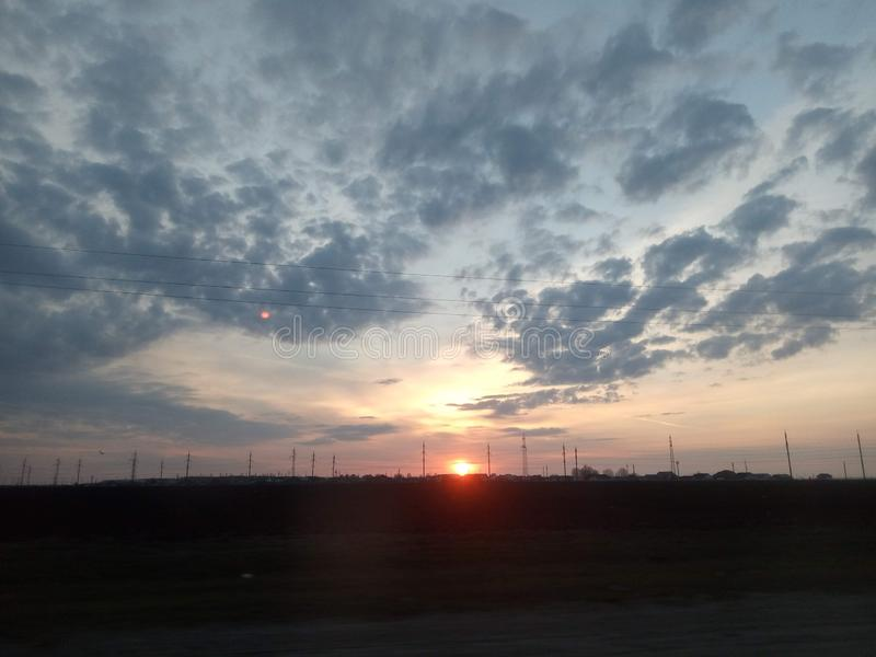 Opinión de la mañana del campo y del cielo del amanecer en primavera temprana imágenes de archivo libres de regalías