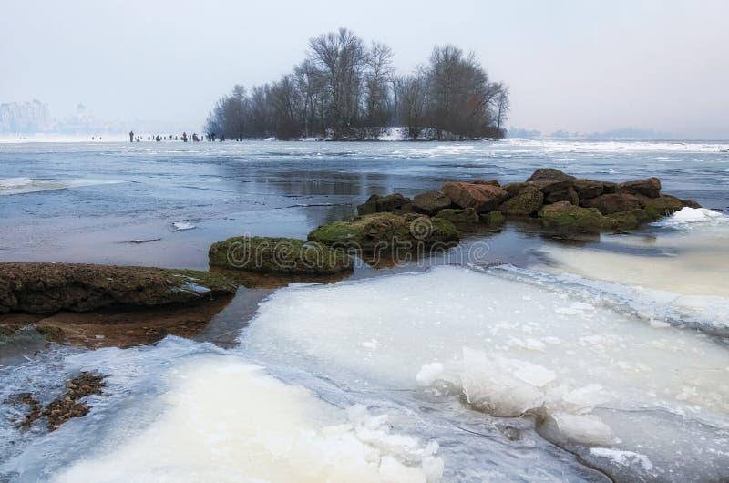 Opinión de la mañana del distrito de Obolon en Kyiv, Ucrania Una afición peligrosa - pesca del invierno foto de archivo