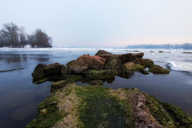 Opinión de la mañana del invierno al río de Dnipro en invierno Después de que viniera una ola de frío un deshielo imágenes de archivo libres de regalías