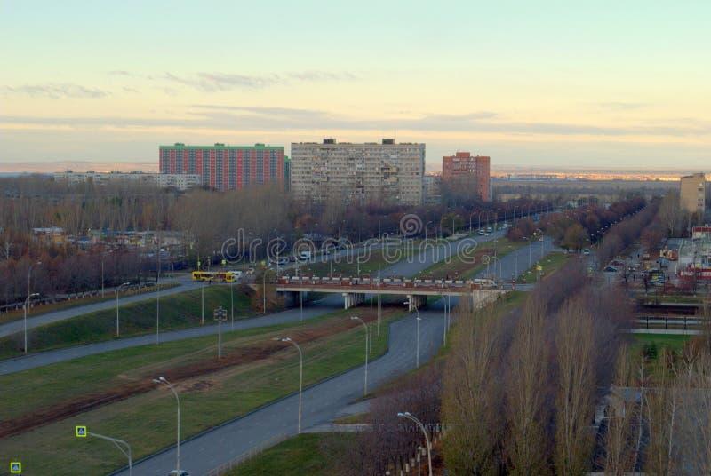 Opinión de la mañana en la intersección de Leninsky Prospekt y de la calle de Revolyutsionnaya en el distrito de Avtozavodsky fotografía de archivo