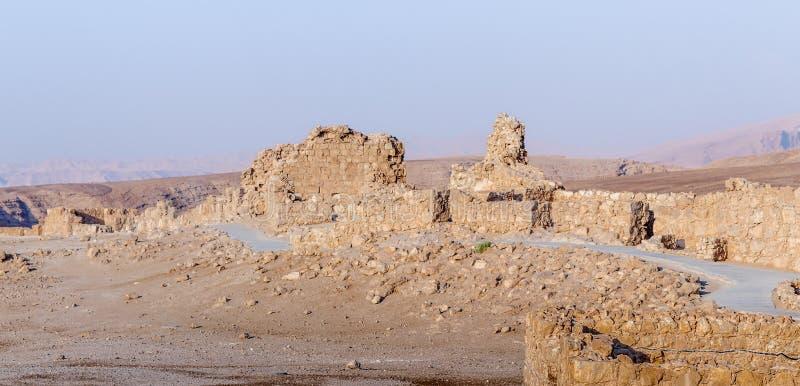 Opinión de la mañana de la excavación de las ruinas de la fortaleza de Masada, construida en 25 A.C. por rey Herod encima de una  foto de archivo libre de regalías