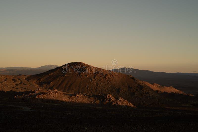 Opinión de la mañana de las colinas, montañas, valle del desierto, montañas del este de Sierra Nevada de los wildflowers, C imagenes de archivo