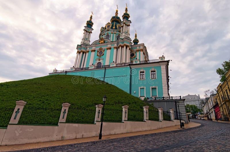 Opinión de la mañana a la pendiente de Andriyivskyy del Andrew y antiguo la iglesia del St Andrew Lugar tur?stico famoso foto de archivo