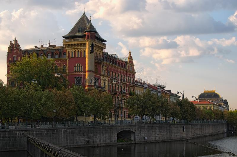 Opinión de la mañana sobre edificios antiguos en el centro de la ciudad de Praga Foto del paisaje urbano de la mañana del verano  foto de archivo