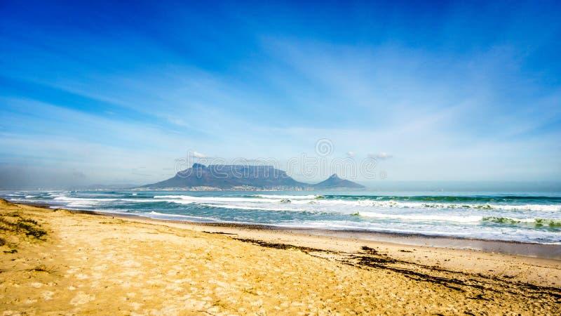 Opinión de la madrugada de Cape Town y de la montaña de la tabla fotografía de archivo