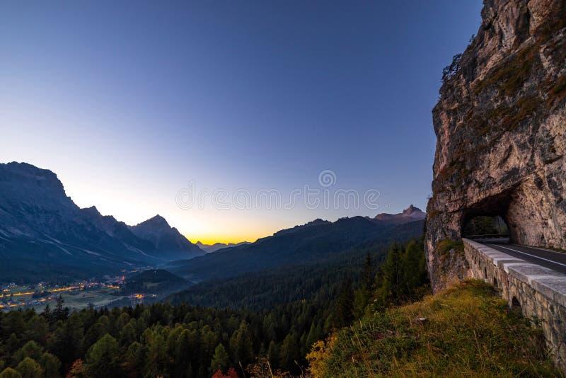 Opinión de la madrugada de las montañas hermosas de las dolomías en italiano A imagen de archivo libre de regalías