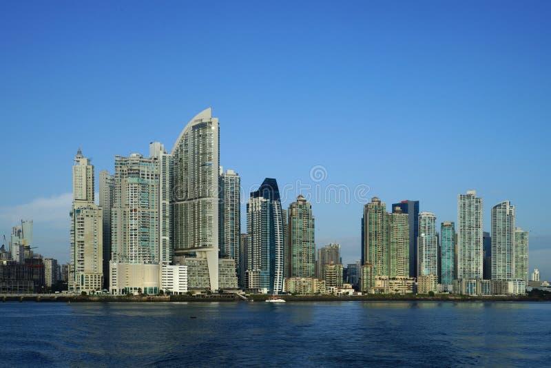 Opinión de la madrugada de los rascacielos de ciudad de Panamá fotos de archivo libres de regalías