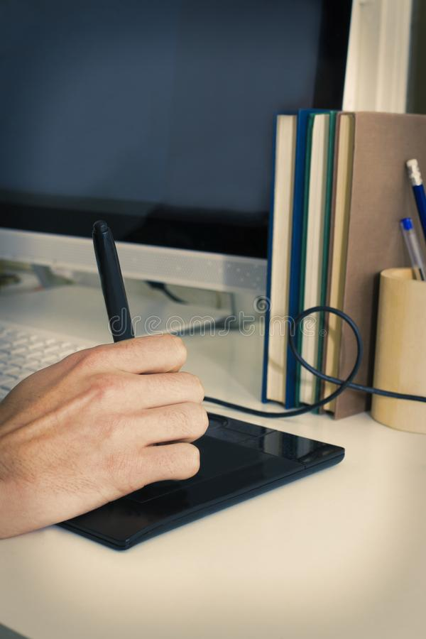 Opinión de la mano con la tableta digital imágenes de archivo libres de regalías
