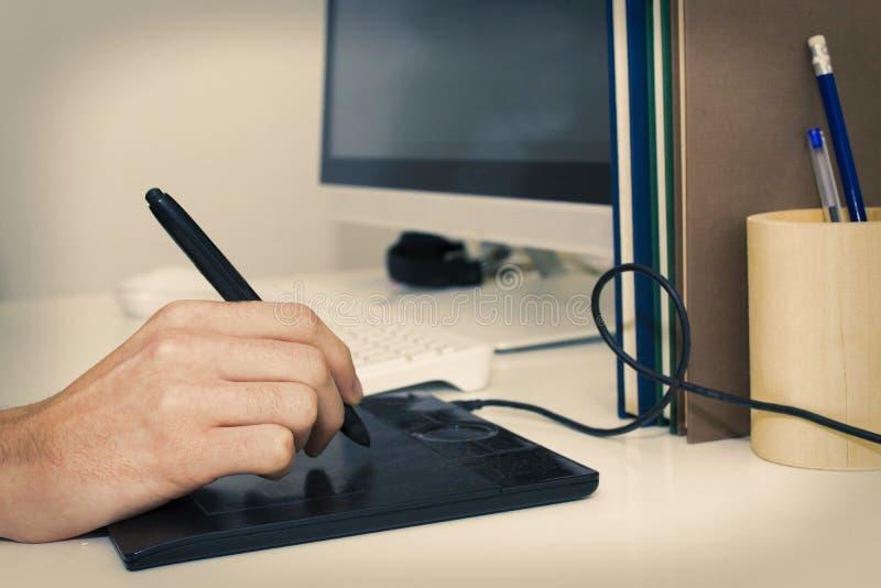 Opinión de la mano con la tableta digital fotografía de archivo