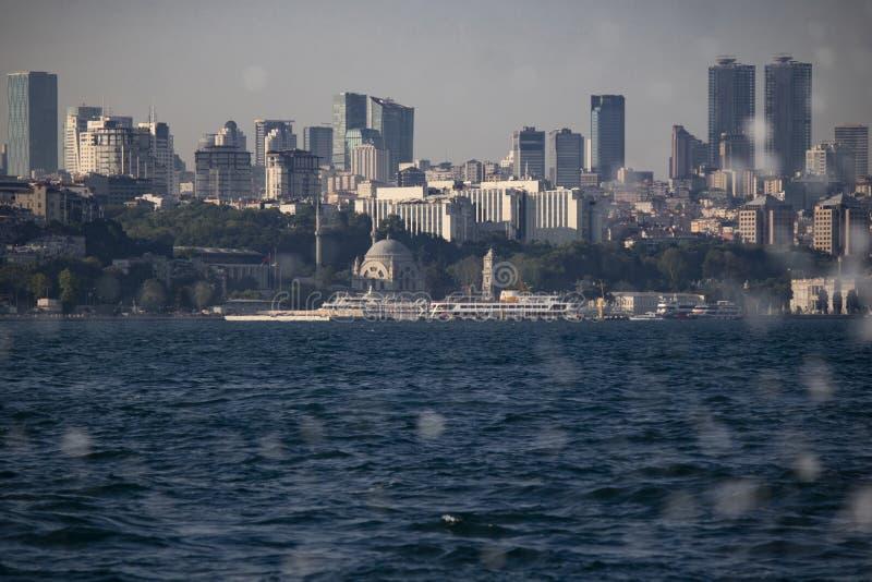 Opinión de la mezquita de Ortakoy del mar Descensos borrosos del agua delante de la imagen fotografía de archivo libre de regalías