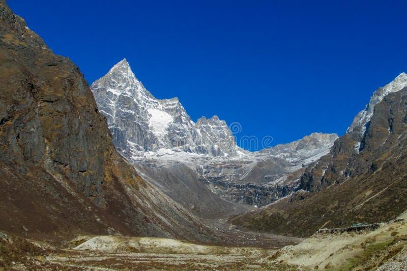 Opinión de la montaña de la nieve y del valle del dep en el campo bajo de Everest que emigra EBC en Nepal fotografía de archivo