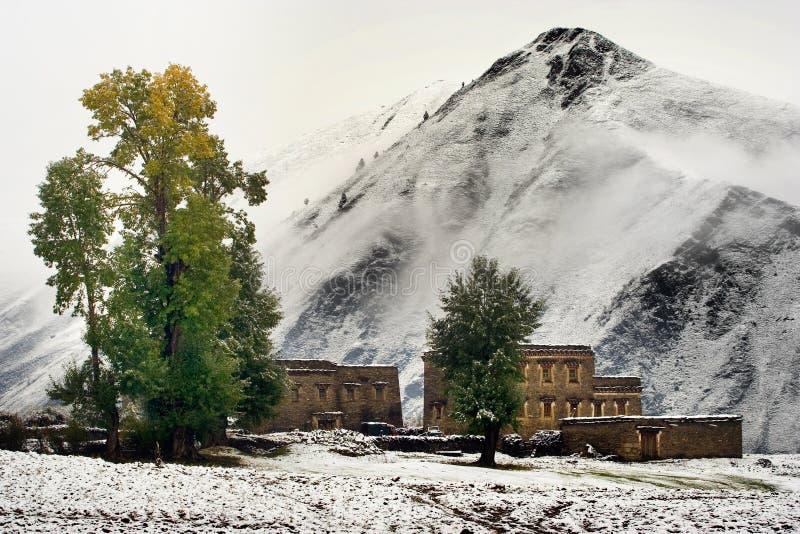 Opinión de la nieve de la aldea tibetana en el Shangri-la China imágenes de archivo libres de regalías