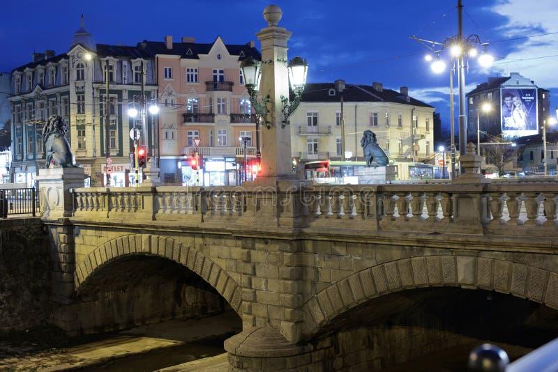 Opinión de la noche al puente de los leones en Sofía, Bulgaria fotos de archivo