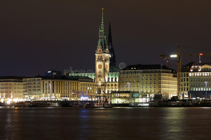 Opinión de la noche ayuntamiento, Alemania Hamburgo fotografía de archivo