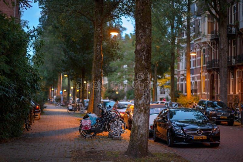 Opinión de la noche de la calle de Amsterdam fotografía de archivo