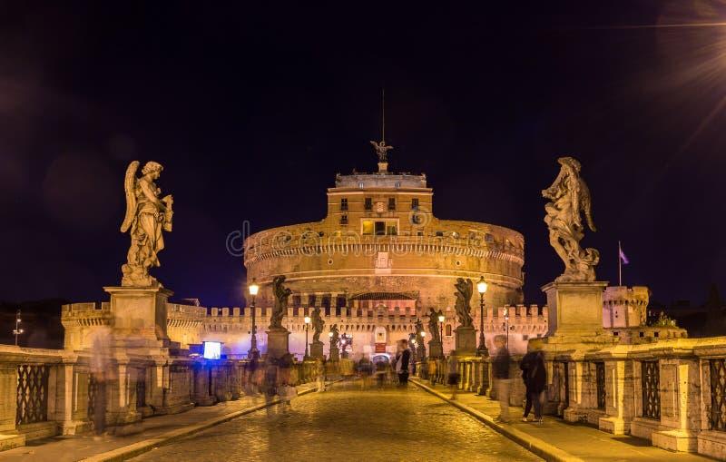 Opinión de la noche Castel Sant ' Ángel en Roma, Italia imagen de archivo