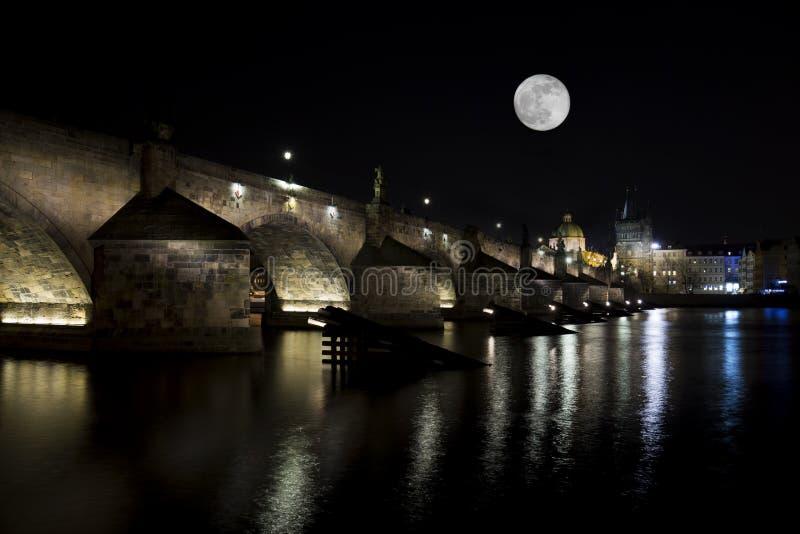 Opinión de la noche Charles Bridge (Karluv más) en Praga República Checa imagen de archivo libre de regalías