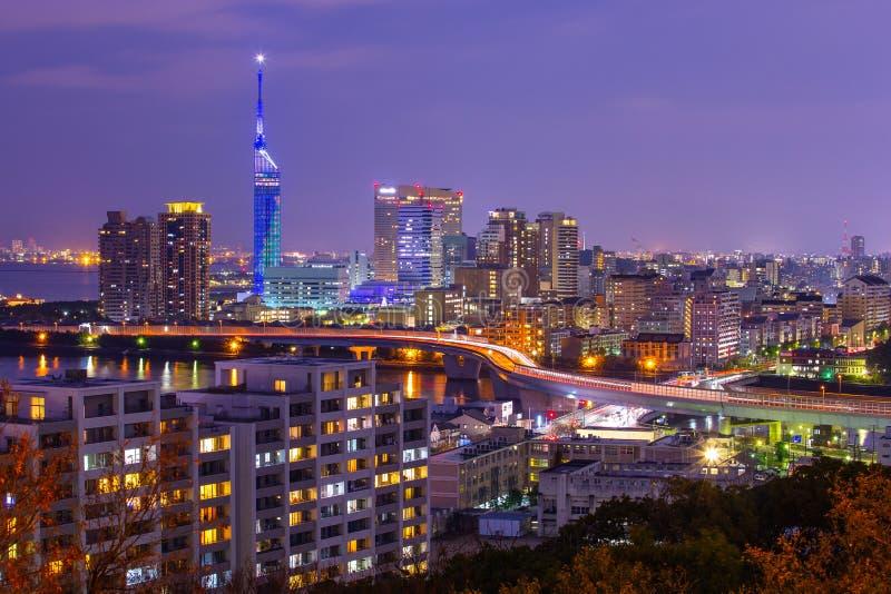 Opinión de la noche de la ciudad de Fukuoka en Japón foto de archivo