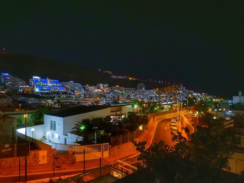 Opinión de la noche de la ciudad de Puerto Rico Gran Canaria fotos de archivo