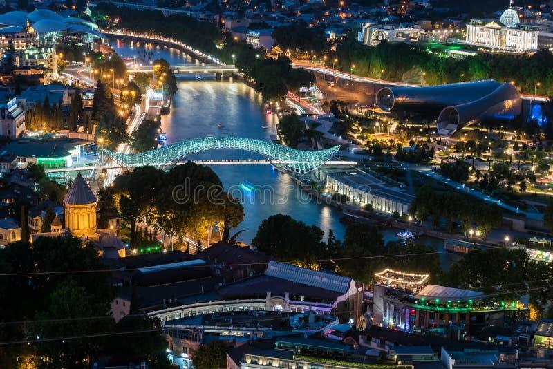 Opinión de la noche de la ciudad de Tbilisi georgia fotos de archivo libres de regalías