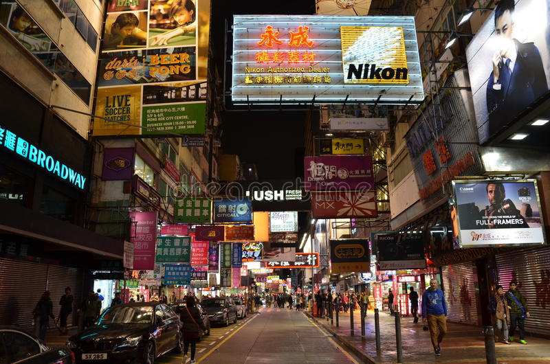 Opinión de la noche con las carteleras en Mong Kok, Hong Kong fotos de archivo libres de regalías