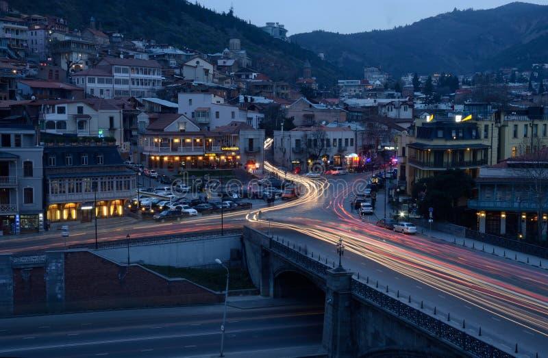Opinión de la noche con las luces del coche de Tbilisi vieja, Georgia imagen de archivo