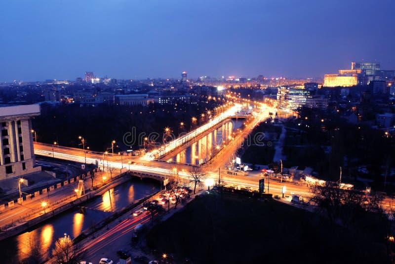 Opinión de la noche de Bucarest fotos de archivo