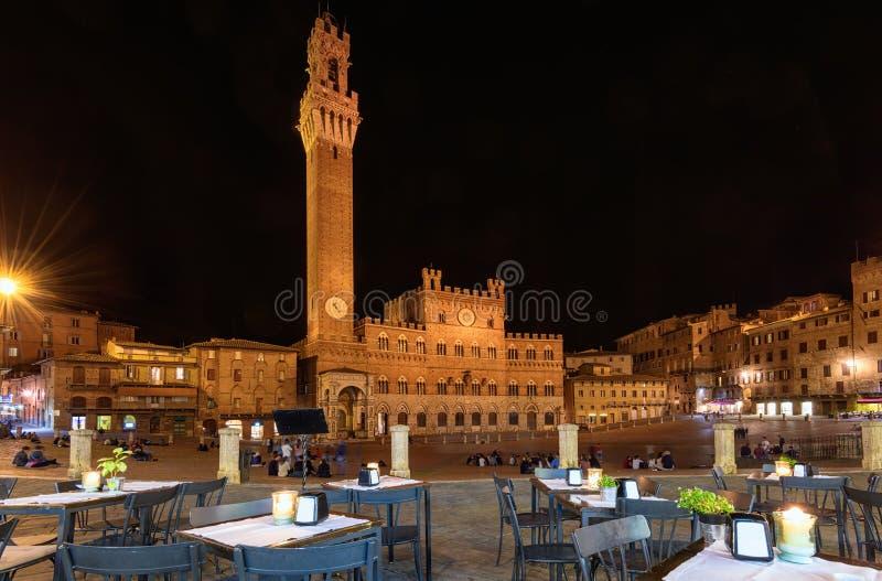 Opinión de la noche de Campo Square Piazza del Campo, de Palazzo Pubblico y de Mangia Tower Torre del Mangia en Siena foto de archivo libre de regalías