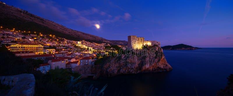 Opinión de la noche de Dubrovnik Croacia imagen de archivo libre de regalías