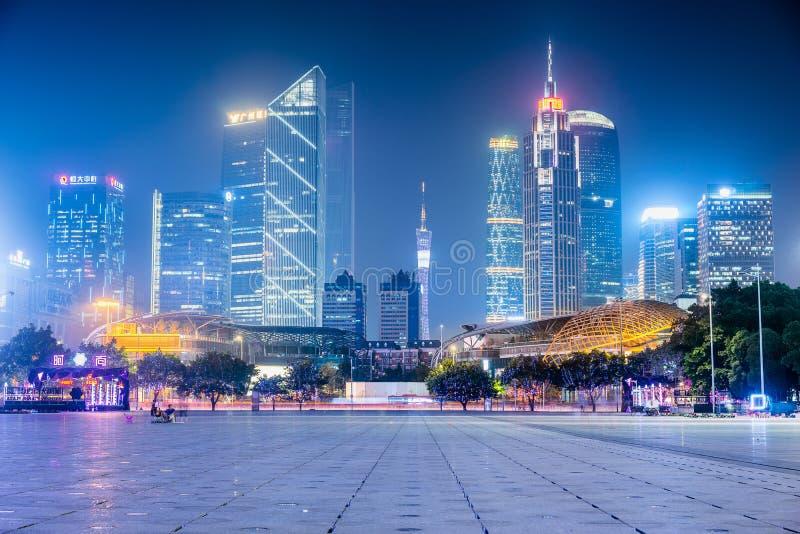 Opinión de la noche de edificios modernos en Guangzhou fotografía de archivo libre de regalías