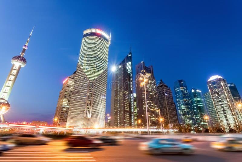 Opinión de la noche de edificios y del camino de ciudad modernos en Shangai imágenes de archivo libres de regalías