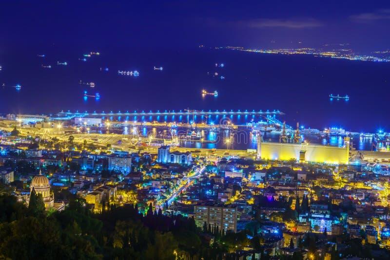 Opinión de la noche de la bahía de Haifa y del puerto fotos de archivo libres de regalías