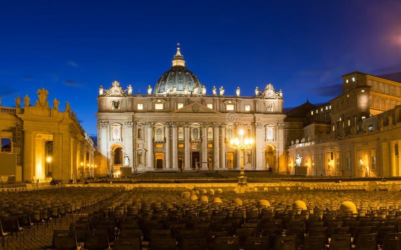 Opinión de la noche de la basílica de San Pedro s en Roma, Vaticano imagenes de archivo