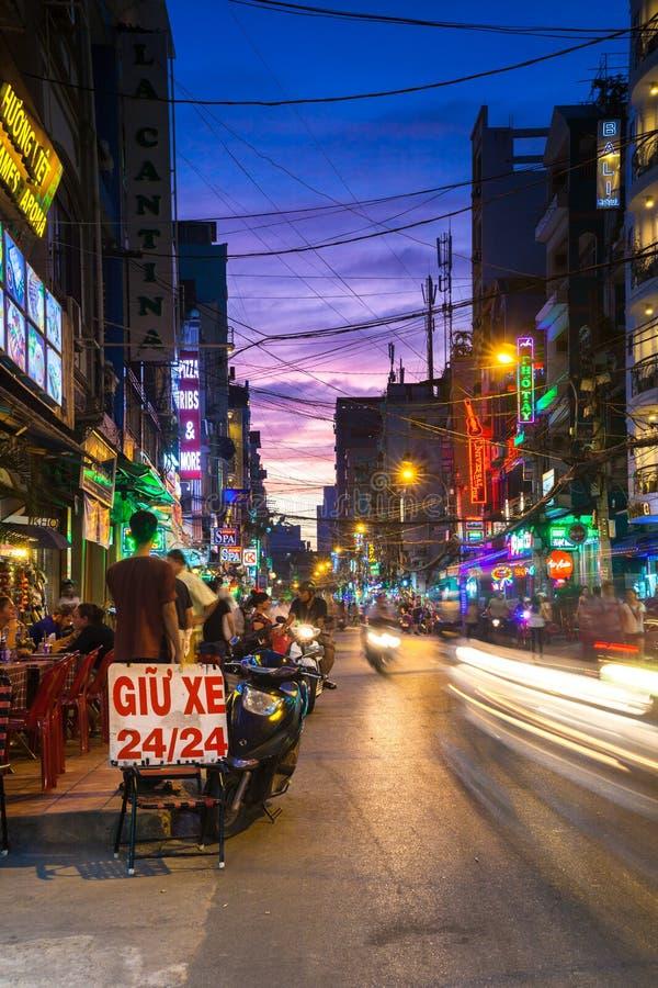 Opinión de la noche de la calle apretada de Bui Vien, Ho Chi Minh City, Vietnam fotografía de archivo