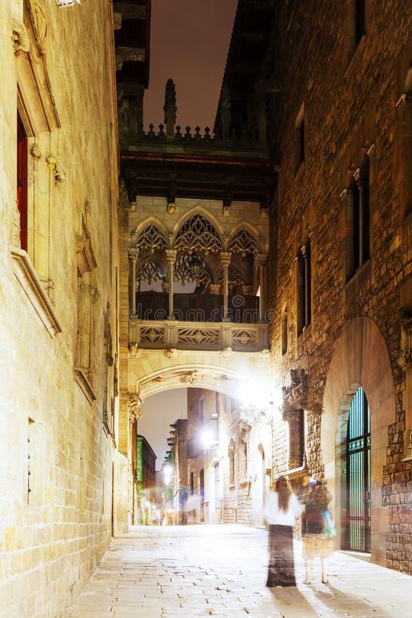 Opinión de la noche de la calle vieja en el barrio hispano Gotico fotografía de archivo libre de regalías