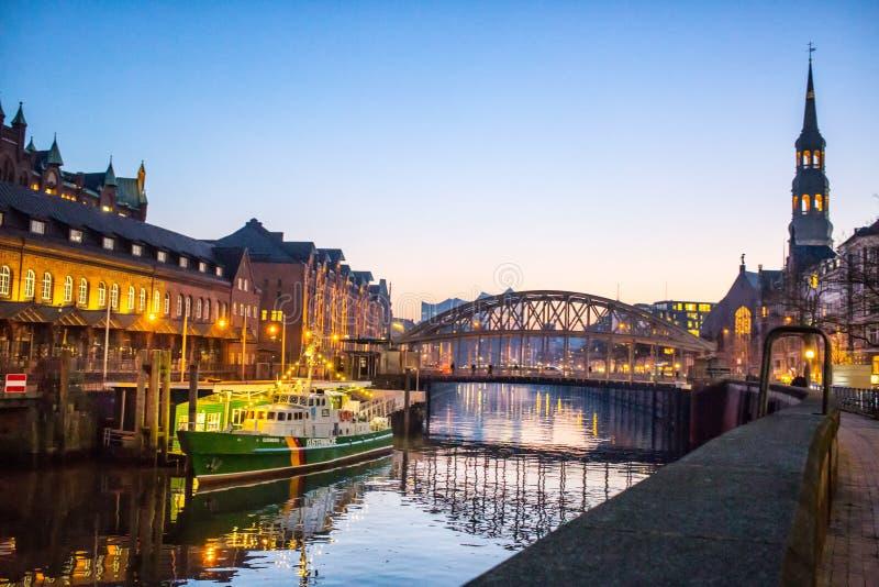 Opinión de la noche de la ciudad de Hamburgo fotos de archivo libres de regalías